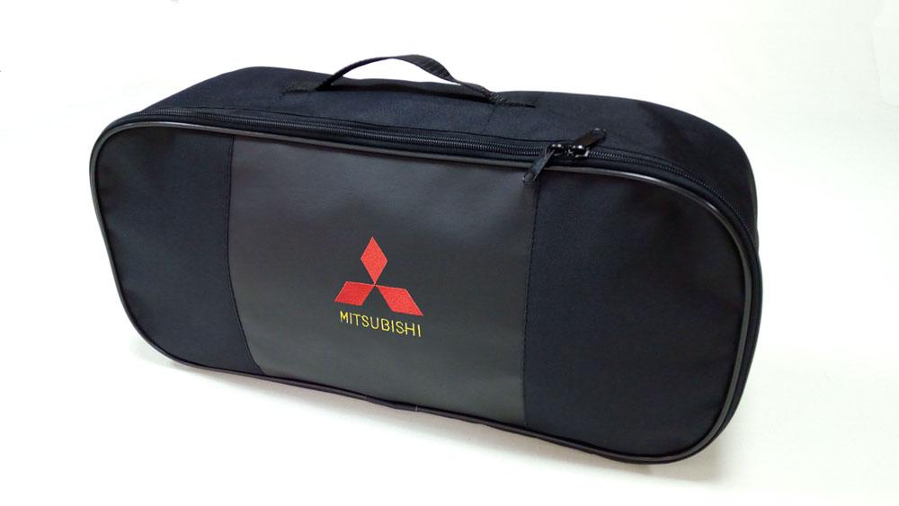 Сумка для набора техосмотра Auto Premium Mitsubishi. 6730806039A3320Сумка для набора техосмотра выполнена из прочного и износоустойчивого материла (ПВХ 600) со вставкой из экокожи и вышивкой. Размер сумки 47х21х13. Идеально подходит для хранения огнетушителя, знака аварийной остановки, буксировочного троса и т.п.