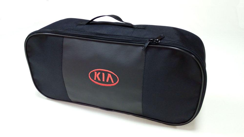 Сумка для набора техосмотра Auto Premium Kia. 67315300159Сумка для набора техосмотра выполнена из прочного и износоустойчивого материла ПВХ со вставкой из экокожи. Идеально подходит для хранения огнетушителя, знака аварийной остановки, буксировочного троса и т.п.Размер сумки 47 х 21 х 13 см.