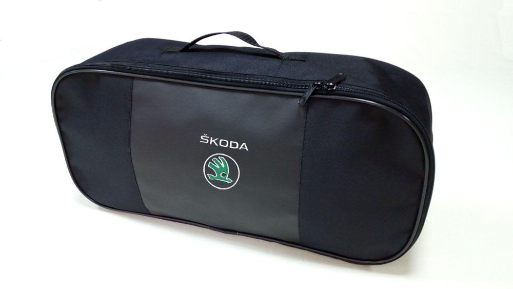 Сумка для набора техосмотра Auto Premium Skoda. 6731898291124Сумка для набора техосмотра выполнена из прочного и износоустойчивого материла ПВХ со вставкой из экокожи. Идеально подходит для хранения огнетушителя, знака аварийной остановки, буксировочного троса и т.п.Размер сумки 47 х 21 х 13 см.