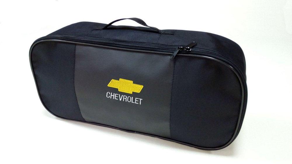 Набор автомобильный Auto Premium Chevrolet. 6735719199Автомобильный набор в сумке с логотипом оснащен базовыми элементами, которые необходимы каждому автолюбителю. Состав набора: - аптечка первой помощи автомобильная; - трос буксировочный 5т/пет/пакет; - Огнетушитель порошковый ОП-2(з) -АВСЕ, с металлическим ЗПУ; - знак аварийной остановки; - сумка для набора техосмотра Премиум со вставкой из экокожи и вышивкой. Размер сумки 47х21х13.