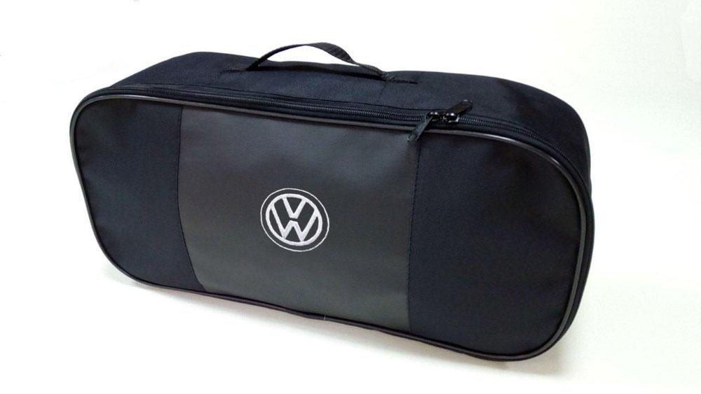 Набор автомобильный Auto Premium Volkswagen. 67360AMS-U-06Автомобильный набор в сумке с логотипом оснащен базовыми элементами, которые необходимы каждому автолюбителю. Состав набора: - аптечка первой помощи автомобильная; - трос буксировочный 5т/пет/пакет; - Огнетушитель порошковый ОП-2(з) -АВСЕ, с металлическим ЗПУ; - знак аварийной остановки; - сумка для набора техосмотра Премиум со вставкой из экокожи и вышивкой. Размер сумки 47 х 21 х 13 см.