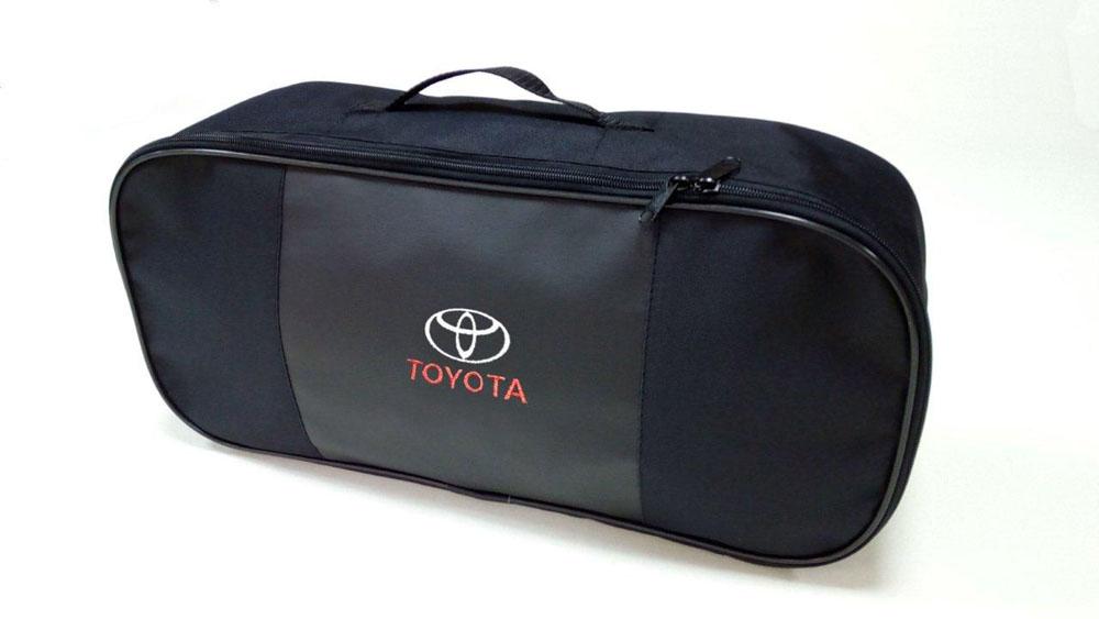 Набор автомобильный Auto Premium Toyota67363Автомобильный набор в сумке с логотипом оснащен базовыми элементами, которые необходимы каждому автолюбителю. Состав набора: - аптечка первой помощи автомобильная; - трос буксировочный 5 т; - огнетушитель порошковый ОП-2(з)-АВСЕ, с металлическим ЗПУ; - знак аварийной остановки; - сумка для набора техосмотра со вставкой из экокожи и вышивкой.