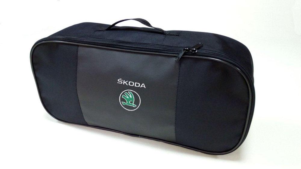 Набор автомобильный Auto Premium Skoda. 6736867363Автомобильный набор в сумке с логотипом оснащен базовыми элементами, которые необходимы каждому автолюбителю. Состав набора: - аптечка первой помощи автомобильная; - трос буксировочный 5т/пет/пакет; - Огнетушитель порошковый ОП-2(з) -АВСЕ, с металлическим ЗПУ; - знак аварийной остановки; - сумка для набора техосмотра Премиум со вставкой из экокожи и вышивкой. Размер сумки 47 х 21 х 13 см.