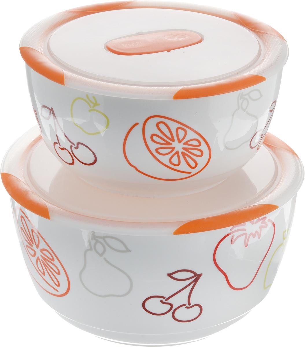 Набор мисок Oursson Bon Appetit, с крышками, цвет: оранжевый, белый, 2 шт68/5/3Набор Oursson состоит из четырех мисок разного размера, выполненных из керамики иоформленных рисунком. Керамика, из которой изготовлены емкости, выдерживает температурудо 250°С, поэтому подать блюда на стол можно сразу после приготовления в микроволновойпечи или духовом шкафу. Миски снабжены плотно закрывающимися пластиковыми крышками с технологией Clip Fresh.Такой набор прекрасно подходит для хранения продуктов и соусов без проливания, которые непрольются при переноске благодаря силиконовому уплотнителю, обеспечивающему 100%герметичность. Миски являются универсальным приобретением для любой кухни. С их помощью можноготовить блюда, хранить продукты и даже сервировать стол. Оригинальный дизайн, высокоекачество ифункциональность набора Oursson позволят ему стать достойным дополнением к вашемукухонному инвентарю. Можно мыть в посудомоечной машине.Характеристика емкости №1:Объем: 3 л. Высота стенки: 11,3 см.Диаметр (по верхнему краю): 21,3 см.Характеристика емкости №2:Объем: 1,7 л. Высота стенки: 9 см. Диаметр (по верхнему краю): 18,1 см.