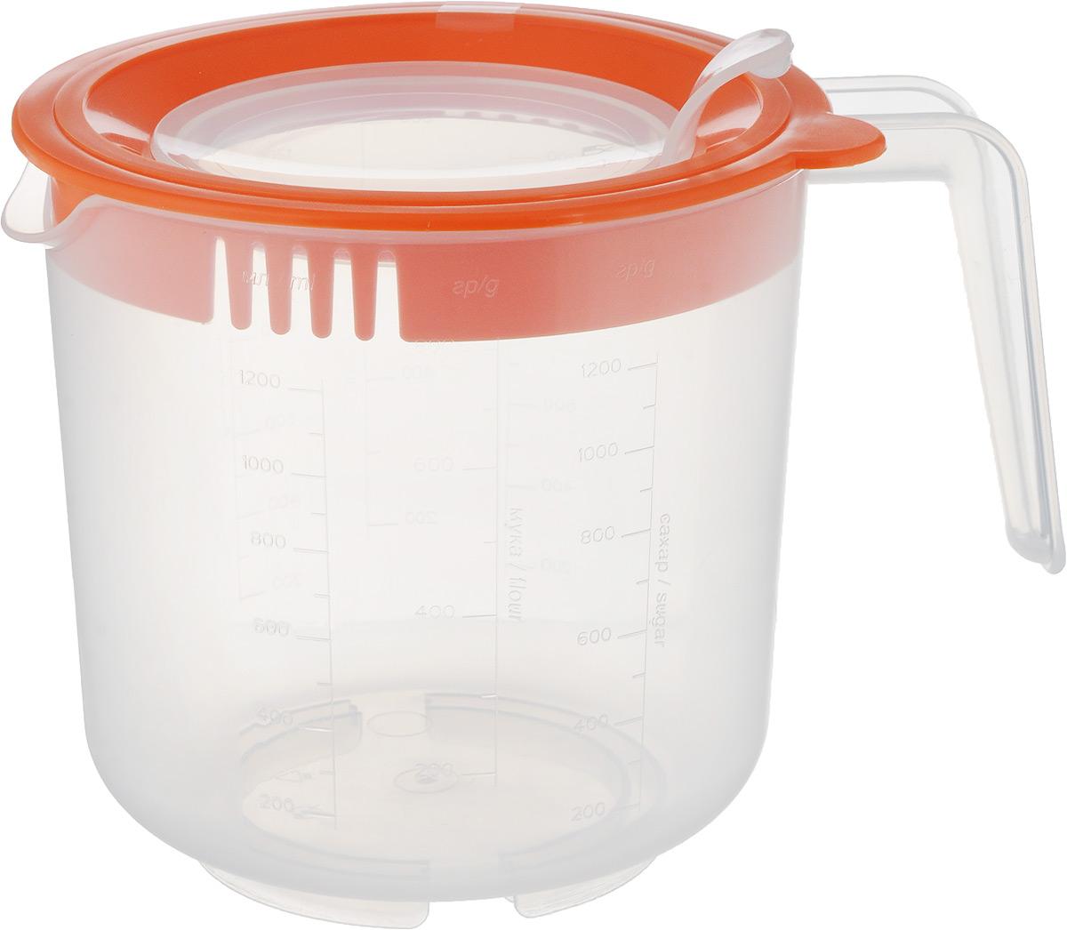 Емкость мерная для взбивания Oursson, цвет: прозрачный, оранжевый, 1,5 л68/5/2Мерная емкость Oursson изготовлена из высококачественного плотного пластика и является многофункциональным кухонным приспособлением. С ее помощью можно не только измерять объем помещаемых в нее жидкостей, но и смешивать их, а так же долго сохранять приготовленные соки, пюре, коктейли. Жесткое основание придает емкости дополнительную устойчивость. В емкости можно перемешивать и взбивать продукты при помощи погружного блендера или миксера. При этом бортики защищают от брызг пространство вокруг емкости. Широкое горлышко позволят без труда вымыть изделие.Можно мыть в посудомоечной машине. Диаметр емкости по верхнему краю (без учета носика и ручки): 14 см. Диаметр отверстия в крышке: 9 см. Высота емкости (с учетом крышки): 14 см. Объем: 1,5 л.