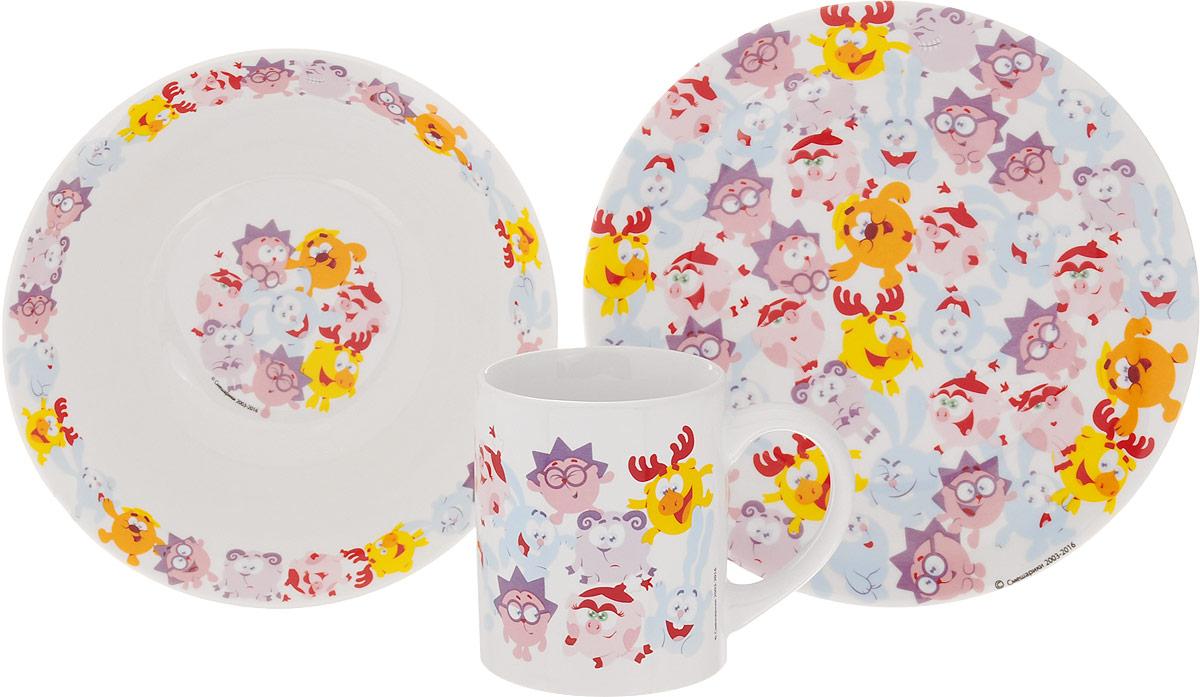 Смешарики Набор детской посуды Бум 3 предмета54 009312Набор детской посуды Смешарики Бум идеально подойдет для кормления малыша и самостоятельного приема пищи. В комплект входят: миска, тарелка и кружка. Все элементы набора выполнены из прочной керамики и оформлены яркими изображениями героев мультфильма Смешарики. Глубокая миска имеет высокие бортики, которые обеспечат удобство кормления и предотвратят случайное проливание жидкой пищи.Тарелка диаметром 19 см понравится малышу своим ярким дизайном. Широкие бортики сделают прием пищи комфортным.Тарелка предназначена для горячей и холодной пищи. Кружка подойдет для любых напитков. Объем кружки - 240 мл. Кружка имеет удобную ручку, а ее небольшие размеры и вес позволят малышу без труда держать кружку самостоятельно.Посуда подходит для мытья в посудомоечной машине и использования в микроволновой печи.Яркая посуда с любимыми героями порадует малыша и сделает любой прием пищи приятным и веселым.