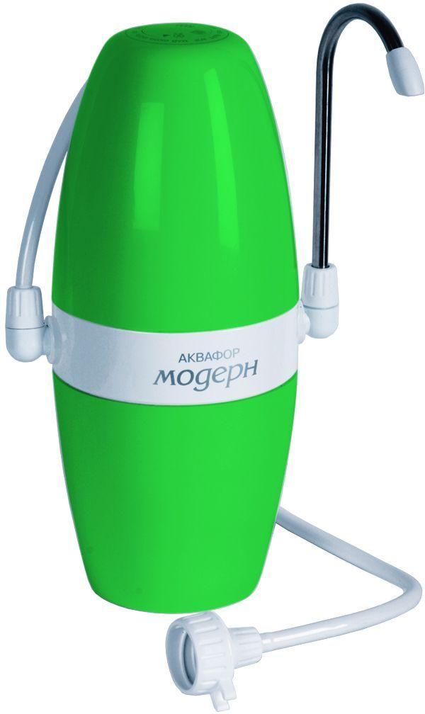 Фильтр Аквафор Модерн-1, настольный, цвет: зеленый68/5/3Компактный фильтр для воды Аквафор Модерн-1 имеет современный, стильный дизайн. Он надежно очищает воду от вредных примесей, а также снижает избыточную жесткость. Фильтр устанавливается рядом с мойкой и присоединяется к крану только на время фильтрации воды. Фильтр с переключателем П21 (исп. 2) стационарно присоединяется к крану с резьбой. Переключатель позволяет направлять воду либо через фильтр, либо минуя его. Уникальные технологии Аквафор обеспечивают высокое качество очистки воды: мелкие гранулы кокосового угля задерживают песок, ржавчину, взвеси и другие механические примеси. Ионообменное волокно аквален - снижает избыточную жесткость, увеличивает скорость фильтрации. Ионы серебра, закрепленные на поверхности аквалена, уничтожают бактерии. Для очистки жесткой воды фильтре используется комплект из двух сменных фильтрующих модулей (В200). Они эффективно удаляют соли жесткости, препятствуют образованию накипи, белого осадка и поверхностной пленки. Также фильтр снабжен календарем. Ресурс фильтра: 4000 литров. Скорость фильтрации: 1,2 л/мин.
