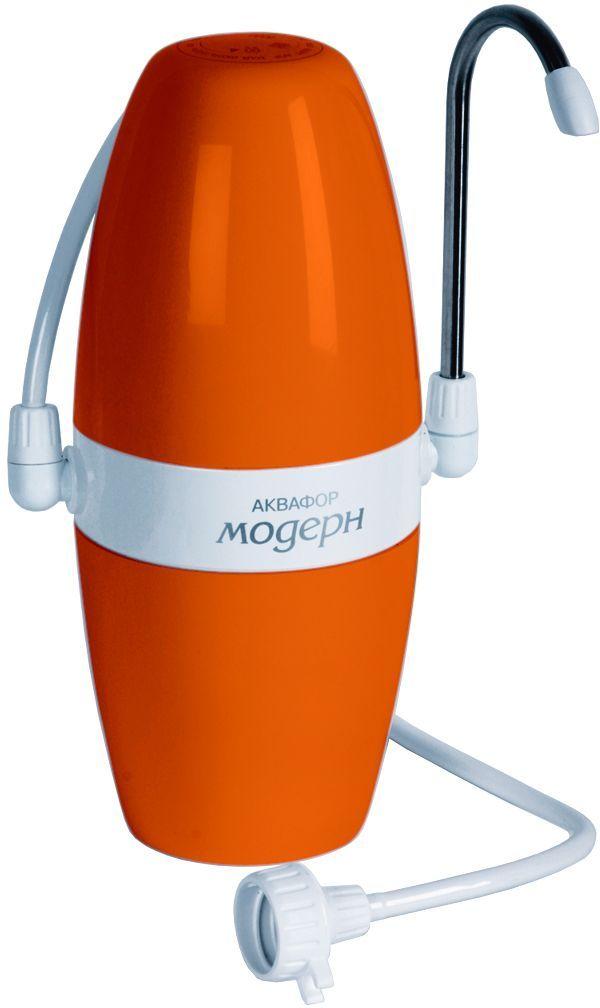 Фильтр Аквафор Модерн-4, настольный, цвет: оранжевый13296Компактный фильтр для воды Аквафор Модерн-4 имеет современный, стильный дизайн. Он надежно очищает воду от вредных примесей, а также снижает избыточную жесткость. Фильтр устанавливается рядом с мойкой и присоединяется к крану только на время фильтрации воды. Фильтр с переключателем П21 (исп. 2) стационарно присоединяется к крану с резьбой. Переключатель позволяет направлять воду либо через фильтр, либо минуя его. Уникальные технологии Аквафор обеспечивают высокое качество очистки воды: мелкие гранулы кокосового угля задерживают песок, ржавчину, взвеси и другие механические примеси. Ионообменное волокно аквален - снижает избыточную жесткость, увеличивает скорость фильтрации. Ионы серебра, закрепленные на поверхности аквалена, уничтожают бактерии. Для очистки жесткой воды фильтре используется комплект из двух сменных фильтрующих модулей (В200). Они эффективно удаляют соли жесткости, препятствуют образованию накипи, белого осадка и поверхностной пленки. Также фильтр снабжен календарем. Ресурс фильтра: 1000 литров. Скорость фильтрации: 1,2 л/мин.