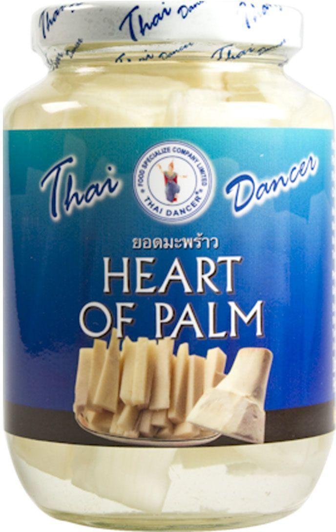 Thai Dancer Побеги пальмы, 454 гFS0015014Побеги пальмы применяется в юго-восточноазиатской кухне для добавления к супам и блюдам, приготавливаемым на воке (особенно при обжарке в устричном соусе), также является популярным ингредиентом салатов. Сердцевина пальмы придает блюдам оригинальную хрустящую текстуру, в которой одновременно сочетаются нежность и плотность (в этом отношении сердцевину пальмы можно считать своеобразным аналогом морепродуктов), тогда как ее вкус сравнивают со вкусом артишоков. Перед употреблением кусочки пальмы следует промыть в холодной воде.
