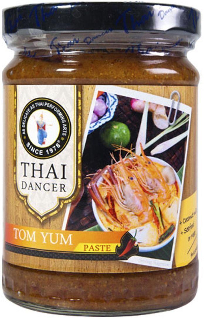 Thai Dancer Паста Том ям, 227 г0120710Паста Том Ям используется в китайской и тайской кухнях. Именно паста Том Ям необходима для приготовления популярного острого супа Том Ям, имеющего кисло-сладкий вкус.Степень выраженности вкуса легко регулируется: уменьшив количество приправы или добавив больше кокосового молока, можно получить совершенно разный результат. Соответственно этому варьируется и количество порций, которые получаются на выходе из одного пакетика пасты: если вы хотите, чтобы вкус получился более насыщенным, то расходуете больше пасты. При этом из одной упаковки получится примерно 10-12 порций. Добавляя меньше пасты, вы можете получить до 15-17 порций блюда.