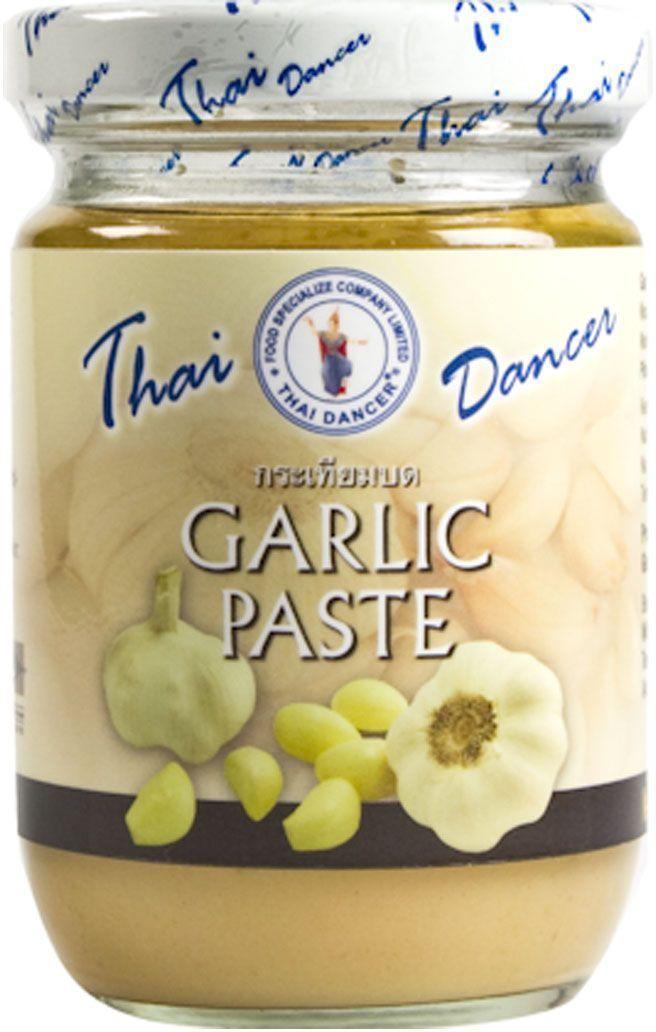 Thai Dancer Чесночная паста, 200 г0120710Паста из измельченного чеснока Thai Dancer используется в качестве заменителя свежего чеснока, ускоряя процесс приготовления блюд. Вам больше не нужно резать чеснок, достаточно добавить 1-2 чайных ложки чесночной пасты. Чесночная паста также хороша тем, что придает обеспечивает блюду более мягкую текстуру, гарантирует отсутствие комочков при приготовлении соусов.