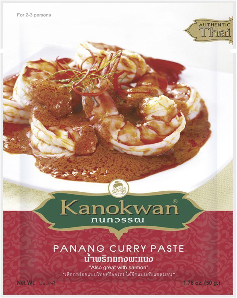 Kanokwan Основа для карри Пинанг, 50 г0120710Матсаман карри - комбинация специй и ароматических трав, возникшая на юге Таиланда под влиянием малайской и индонезийской кухни и ставшая основой для нескольких классических блюд тайской кухни. Основные компоненты матсаман карри – сушеный перец чили, чеснок, лук-шалот, обжаренные семена кориандра, зира, белый перец, мускатный орех, кардамон, лимонное сорго, галангал, кожура кафрского лайма, корень кориандра, соль, креветочная паста, однако конечный состав пасты и пропорция компонентов зависит от предпочтений повара или компании-производителя.Благодаря такому сочетанию специй и меньшему содержанию перца чили матсаман карри является наименее острым из тайских карри. Оно имеет сладко-пряный вкус, который дополнительно модифицируется добавлением кокосового молока, тамариндовой пасты, пальмового сахара и т.д. Рецепты, содержащие карри-пасту матсаман, предполагают обжарку или тушение основных ингредиентов (мяса или птицы с овощами и орехами) в специях и кокосовом молоке. Классическими являются сочетания матсаман карри с говядиной, бараниной, курицей или уткой, также возможно сочетание со свининой или вегетарианскими ингредиентами (например, тофу). Готовое матсаман карри принято подавать с рисом или лепешками, а также с традиционным тайским салатом из огурцов и перца чили с уксусной заправкой. Сама карри-паста, разведенная в кокосовом молоке, также может использоваться в качестве соуса для заправки.