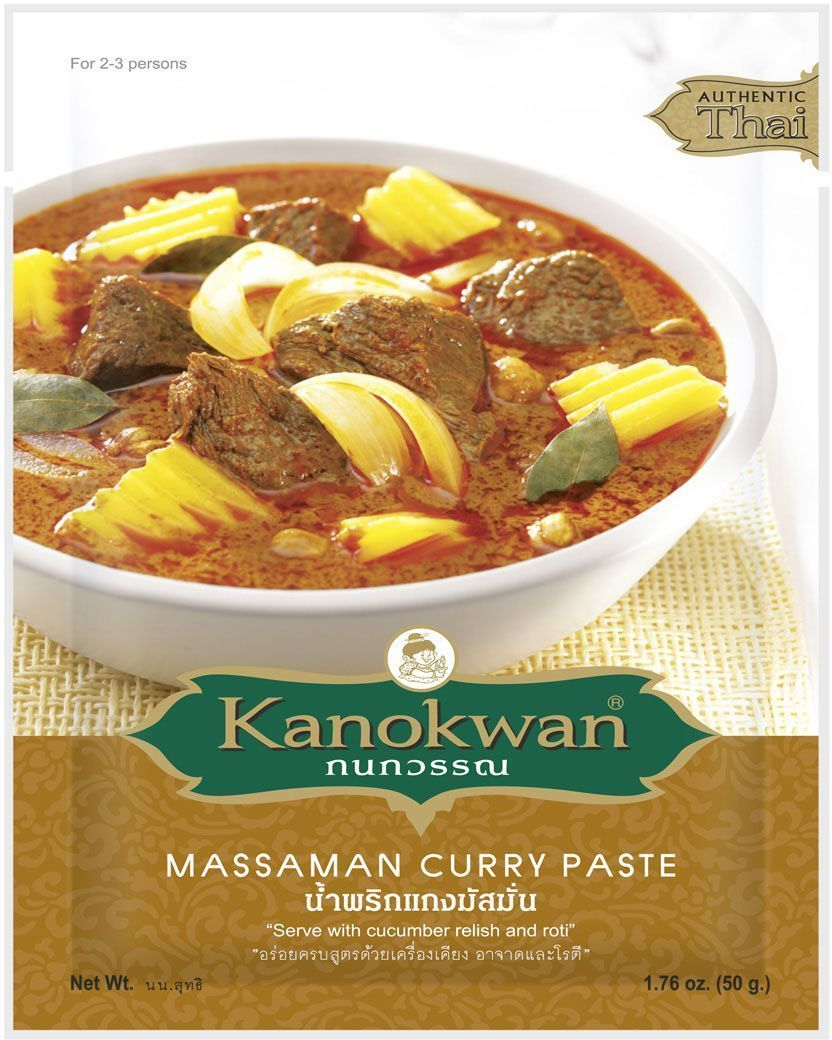 Kanokwan Основа для карри Матсаман, 50 г0120710Красная карри-паста (пхрик кэнг пхет) – одна из используемых в тайской кухне комбинаций специй и ароматических трав, позволяющая готовить большое количество блюд. Классические компоненты красного карри – сушеный красный чили, семена и корни кориандра, семена кумина, белый перец, лук, чеснок, галангал, лимонное сорго, листья или кожура кафрского лайма, цедра лайма, соль или креветочная паста, однако конечный состав пасты и пропорция компонентов зависит от предпочтений повара или компании-производителя.Самые простые рецепты, содержащие красную карри-пасту, предполагают обжарку или тушение одного или двух основных ингредиентов (например, мяса, птицы, рыбы или некоторых овощей) в специях и кокосовом молоке, более сложные варианты включают больше ингредиентов и могут обходиться без молока.