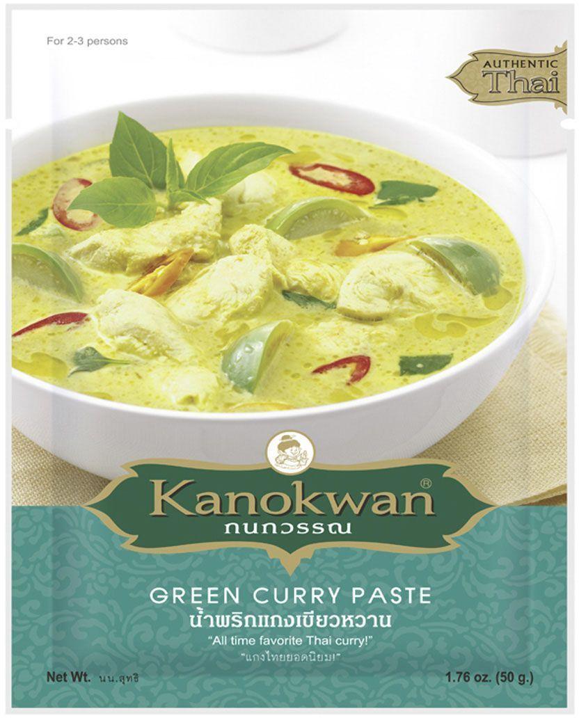 Kanokwan Основа для зеленого карри, 50 гFS0002018Карри-паста пинанг (пхрик кэнг пханэнг) - смесь специй и ароматических трав, возникшая на о-ве Пинанг в современной Малайзии и получившая широкую популярность в Таиланде. Таким образом, блюда с использованием карри-пасты пинанг объединяют в себе традиции малайско-китайской (исторически основную массу населения Пинанга составляли китайцы) и тайской кухонь. Классическими компонентами пинангского карри являются сушеный перец чили, белый перец, обжаренные семена кориандра, зира, соль, кожура кафрского лайма, корень кориандра, лимонное сорго, галанга, лук-шалот, чеснок, креветочная паста, при этом конечный состав пасты и пропорция компонентов зависит от предпочтений повара или компании-производителя.Пинангский карри принадлежит к числу наименее острых из тайских карри. Он имеет пряно-острый вкус, который дополнительно модифицируется добавлением кокосового молока, листьев базилика, пальмового сахара, арахиса или арахисового масла и т.д. Рецепты, содержащие карри-пасту пинанг, предполагают обжарку или тушение основных ингредиентов (мяса или птицы с овощами) в специях и кокосовом молоке. Классическими являются сочетания пинангского карри с говядиной, свининой, курицей или уткой, креветками, также возможно сочетание с тофу или овощами. Карри-паста пинанг, разведенная в кокосовом молоке, также может использоваться в качестве соуса для заправки (хорошо подходит к лапше, рису, лепешкам).
