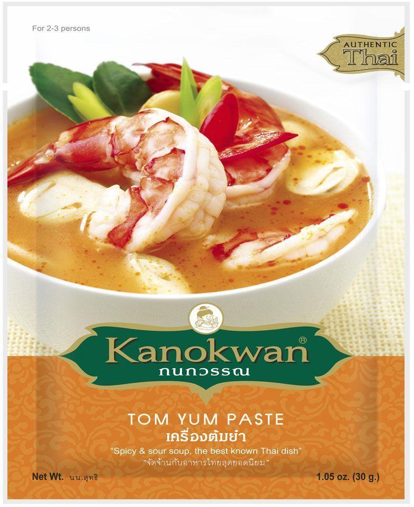 Kanokwan Паста том ям, 50 г0120710Желтая карри-паста (пхрик кэнг кари) - смесь специй и ароматических трав, используемая в тайской кухне для приготовления большого количества блюд. Классическими компонентами желтого карри являются сушеный перец чили, семена кориандра, зира, лимонное сорго, галанга, имбирь, лук-шалот, чеснок, креветочная паста, соль, карри и куркума, при этом конечный состав пасты и пропорция компонентов зависит от предпочтений повара или компании-производителя.Желтое карри возникло под влиянием индийской кухни, отсюда такие нетипичные для тайских блюд компоненты, как порошок карри и молотая куркума. В то же время, кэнг кари не является прямым аналогом индийских блюд, отражая лишь исторические связи тайской кулинарии и ее готовность воспринимать достижения соседей.Желтое карри относится к числу умеренно-острых карри, его вкус можно назвать пряно-острым. Рецепты, содержащие желтую карри-пасту, предполагают обжарку или тушение основных ингредиентов (мяса или птицы с овощами) в специях и кокосовом молоке. Классическими являются сочетания желтого карри с говядиной и курицей, они подаются с рисом и соусом из огурцов и перца чили с уксусной заправкой (атьат).Степень остроты блюда легко регулируется: уменьшив количество карри-пасты или добавив больше кокосового молока, можно получить результат, который не будет острым. Соответственно этому варьируется и количество порций, которые получаются на выходе из одного пакетика пасты: если вы хотите, чтобы вкус блюда получился более насыщенным, то расходуете больше пасты. При этом из одной упаковки получится примерно 5 порций. Добавляя меньше пасты для снижения остроты, вы можете получить до 10 порций блюда!