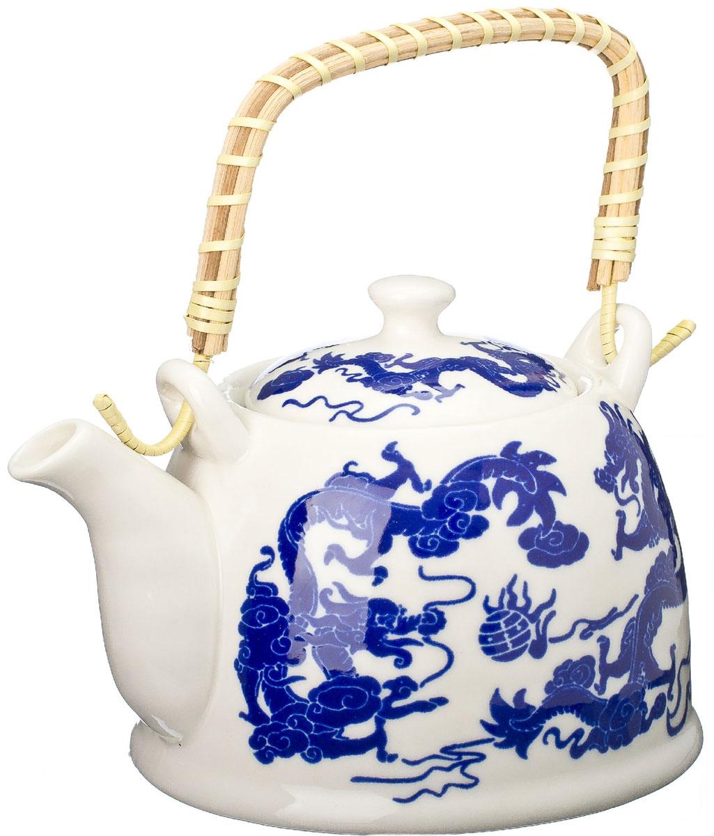 Чайник заварочный Vetta Синий дракон, с фильтром, 900 мл94672Украсьте свое чаепитие изысканным чайником VettaСиний дракон, декорированный красочным изображением дракона. В чайнике имеется металлическое ситечко, ручка чайника декорирована бамбуковым волокном. В этом красивом чайнике чай получается очень насыщенным, ароматным и долго остается горячим.Упакован в подарочный короб, что может послужить отличным подарком родным и близким.
