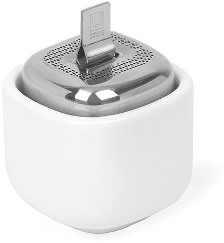 Заварник для чая Umbra Cutea, цвет: белыйVT-1520(SR)Металлическая ёмкость для заваривания чая с керамической чашей. На ёмкости предусмотрена широкая крышка для удобного засыпания чая и лёгкого мытья. Цепочка складывается внутрь крышки. Ёмкость складывается в чашу после заваривания. Аккуратно, чисто и стильно! Мыть только вручную.Дизайнер Eugenie de Loynes