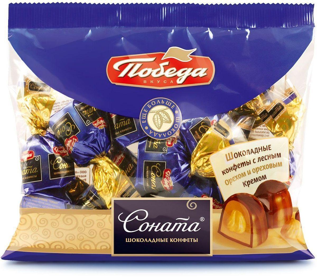Победа вкуса Соната шоколадные конфеты с лесным орехом и ореховым кремом, 250 г4607039270266_русские узорыЭто красивое и вкусное слово пралине впервые появилось во Франции в 18 веке. Шеф-повар знаменитого маршала и дипломата Цезара дю Плесси-Пралин (Cesar du Plessis-Praslin) назвал в его честь конфеты из тертого миндаля, покрытые шоколадом. Вслед за Францией и Бельгией, это наименование распространилось повсеместно и стало общепринятым названием для шоколадных конфет с разнообразными ореховыми начинками. Мы рады предложить вам конфеты пралине из тертого фундука с цельным орехом внутри, покрытые классическим молочным шоколадом.