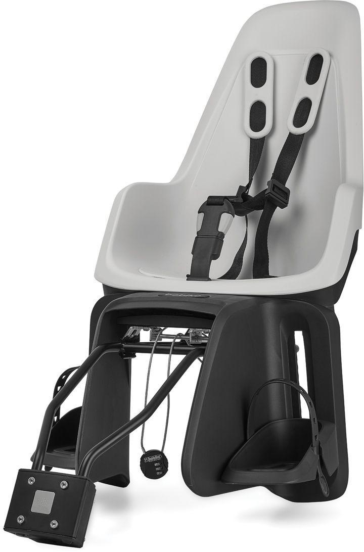 Велокресло заднее Bobike One Maxi 1P, крепление на раму и багажник велосипеда, цвет: белыйMW-1462-01-SR серебристыйBobike One Maxi 1P любит город, так же как вы и ваше чадо. С лёгкостью пробираясь через городской трафик, Вы не пугаетесь неожиданных поворотов судьбы и препятствий. Стильный и свежий дизайн, удостоенный награды Голландского Общества Потребителей, отлично сочетается со всеми трендами велосипедной моды. Уникальная двухслойная конструкция кресла и красный задний светоотражатель обеспечивают непревзойдённый уровень безопасности ребёнка. Кресло оборудовано мягкими нескользящими наплечными ремнями с надёжной застёжкой для удержания ребёнка в правильной позиции. Кресло оснащено водоотталкивающей гасящей вибрации подкладкой. Система крепления Click & Go позволяет быстро и без инструментов установить и снять велокресло, а также переставить его между разными велосипедами. Для кратковременной стоянки у магазина или подъезда в комплектацию включён небольшой кодовый замок. Кресло устанавливается на подседельную трубу рамы диаметром от 28 до 40 мм или на багажник шириной от 120 до 175 мм. Кресло предназначено для детей от 9 месяцев до 6 лет и весом до 22 кг. - Крепление на раму и багажник велосипеда;- Нескользящие наплечные ремни с надёжной застёжкой;- Подкладка из водоотталкивающего, гасящего вибрации материала;- Красный катафот на спинке кресла;- Регулируемые подножки, настраиваемые без инструментов;- Кодовый замок защитит от кражи кресла;- Шестигранник для установки кресла в комплекте;- Совместимо с электровелосипедами;- Голландский дизайн;- Сделано в Европе.