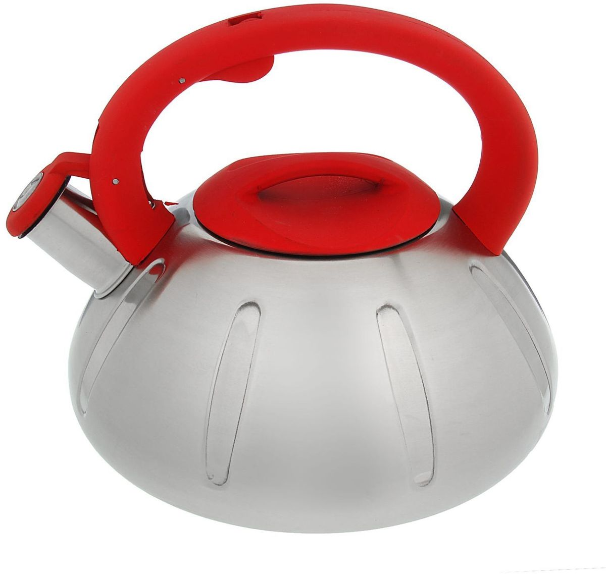 Чайник Доляна Глобал, со свистком, цвет: стальной, красный, 2,8 лVT-1520(SR)Чайник Доляна Глобал выполнен из высококачественной нержавеющей стали. Материал изделия отличается неприхотливостью в уходе, безукоризненной функциональностью, гигиеничностью и стойкостью к коррозии. Чайники из нержавеющей стали абсолютно безопасны для здоровья человека. Благодаря низкой теплопроводности и оптимальному соотношению дна и стенок вода дольше остается горячей, а качественное дно гарантирует быстрый нагрев. Чайник при кипячении сохраняет все полезные свойства воды. Чайник снабжен фиксированной ручкой из пластика. Удобная ручка не нагревается, и поэтому вероятность ожогов сводится к минимуму. Свисток на носике чайника громко оповестит, когда закипела вода. Свисток открывается нажатием кнопки на рукоятке. Подходит для газовых, электрических, стеклокерамических, галогеновых, индукционных плит. Рекомендуется ручная мойка.