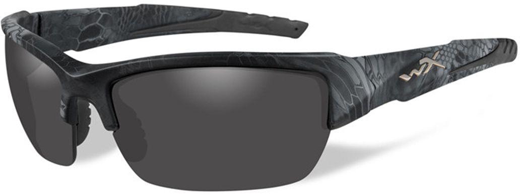 Очки солнцезащитные WileyX Valor Polarized, для охоты, рыбалки и активного отдыха, цвет: Smoke Grey (kryptek Typhon)INT-06501Дымчато-серый линзы очков поглощают отражения и снижают блики. Данная модель очков отлично подходит для активного отдыха в условиях интенсивной освещенности.ПОЛЯРИЗАЦИОННЫЙ ФИЛЬТР 8ТМЗапатентованная WileyX технология поляризации линз обеспечивает 100% поляризацию и 100% защиту от ультрафиолетовых лучей для непревзойденной четкости и контрастности изображения.ЗАЩИТА ОТ УДАРОВ НА ВЫСОКОЙ СКОРОСТИОправа и линзы должны выдерживать удар тяжелого снаряда весом 500 гр, падающего с высоты 127 смПРОЧНОЕ ПОКРЫТИЕУстойчивое к царапинам покрытие защищает линзы от механических повреждений и продлевает срок их службы.АНТИБЛИКОВОЕ ПОКРЫТИЕАнтибликовое покрытие устраняет нежелательные отражения с поверхностей линз. ВОДООТТАЛКИВАЮЩЕЕ ПОКРЫТИЕВодоотталкивающее покрытие обеспечивает скатывание воды с поверхности линз. Используется только на поляризационных линзах.