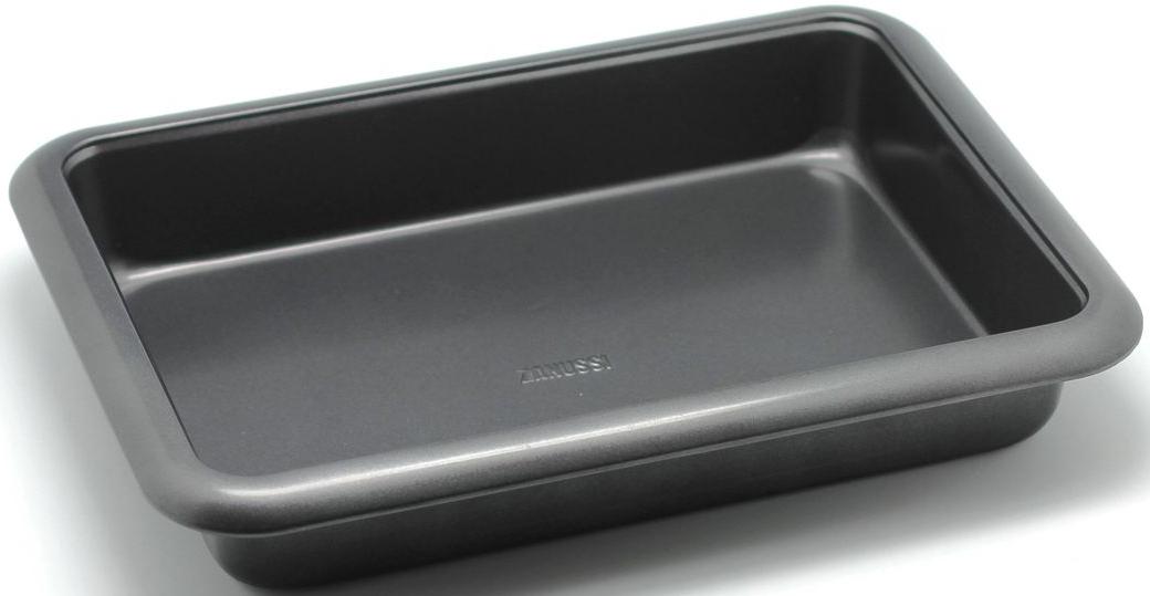 Форма для запекания Zanussi Taranto, 37 х 27 х 6 см, цвет: черный. ZAC37211BF94672Коллекция форм серии Taranto является хорошим приобретением любой хозяйки. Товар бренда Zanussi - металлические формы - пользуется высоким спросом, его отличает высокое качество и удобный размер. Изделия выполнены из толстой углеродистой стали. Форма имеет антипригарное покрытие и утолщенные стенки, которые гарантируют равномерное пропекание изделия. Можно использовать в духовке до 230 градусов. Главное преимущество стальных форм - это абсолютная химическая нейтральность и экологичность.