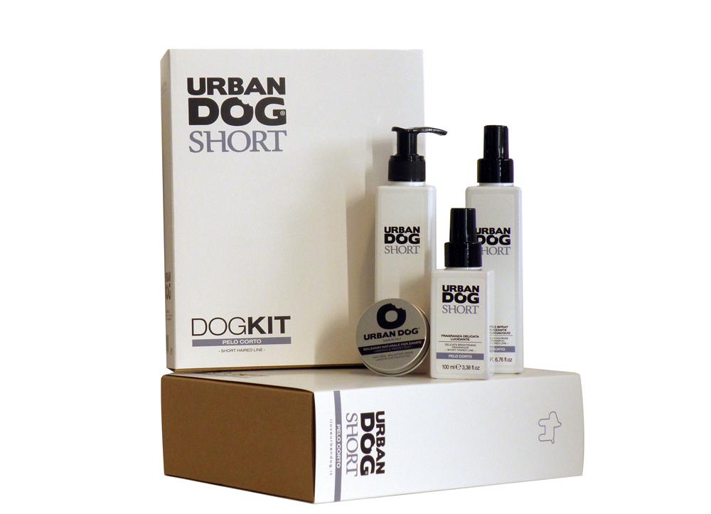 Набор Urban Dog для собак короткошерстных пород, 4 предмета65138DOGKIT Short служит для очистки и ухода за шерстью и кожей собак короткошерстных пород. В состав включены кокосовое и персиковое масла, а также комплекс усиленных полимеров, что гарантирует питательное и смягчающее воздействие.Шерсть приобретает мягкость, объем и чрезвычайную легкость расчесывания.В набор входит: шампунь 2 в 1 питательный 200 мл, шампунь спрей для придания жизненной силы без ополаскивания 200 мл, нежный ароматизатор с блеском 100 мл, натуральный бальзам для лап 30 мл.