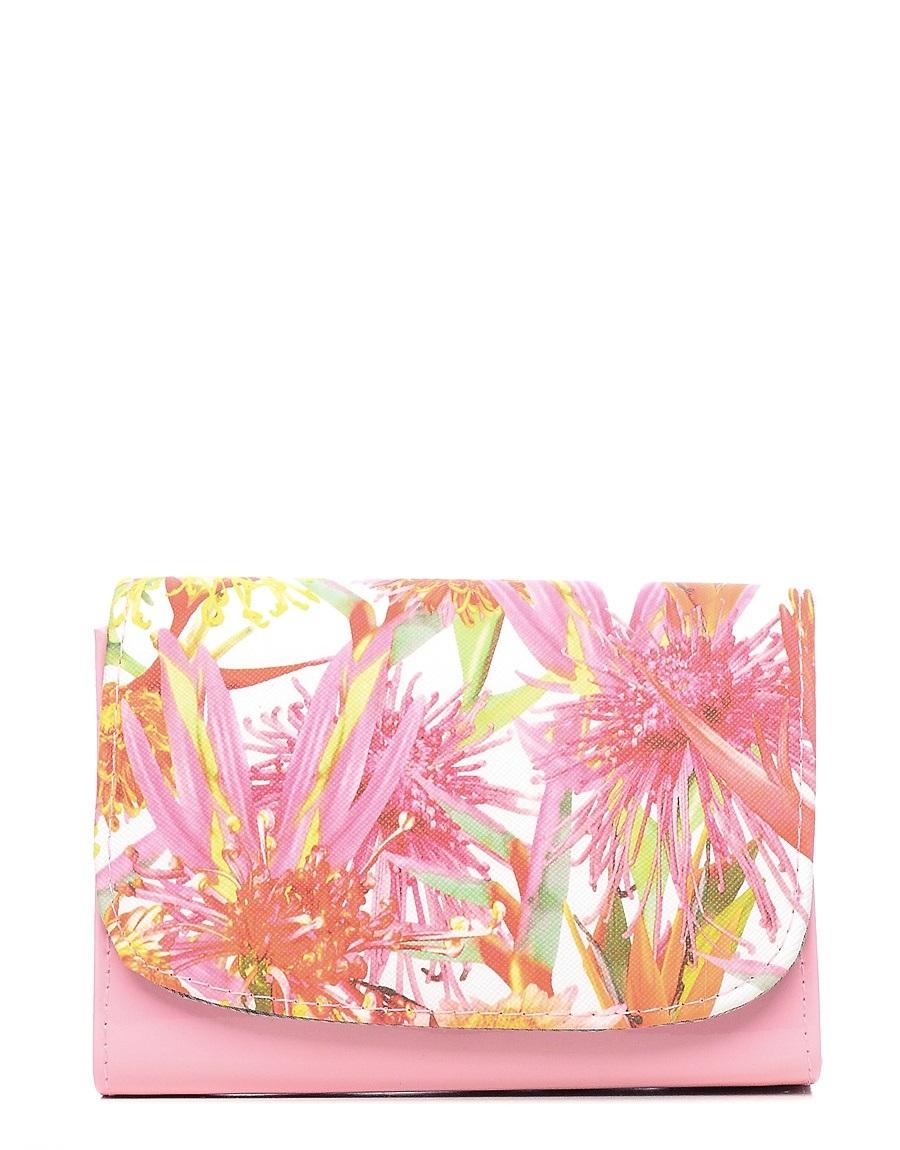 Клатч детский Vitacci, цвет: розовый. 24104-11L39845800Детский стильный клатч Vitacci выполнен из искусственной кожи на подкладке из текстиля.Клатч имеет два отделения между которыми находится карман на молнии. Модель застегивается на металлическую кнопку. Клатч оформлен оригинальным принтом.Клатчоснащен несъемным наплечным ремнем, который регулируется по длине.