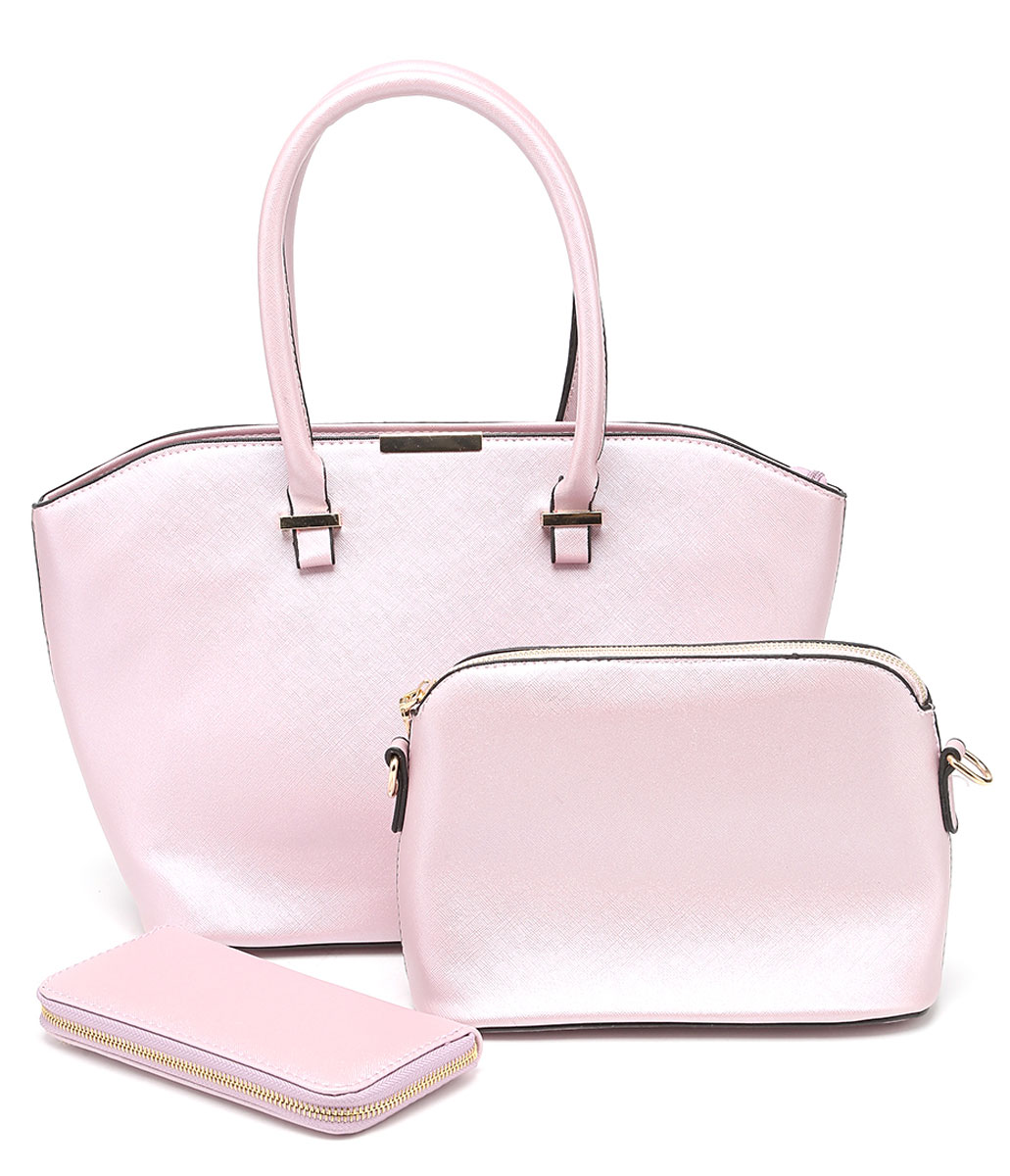 Комплект женский DDA, 3 предмета, цвет: розовый. WB-1011ML597BUL/DКомплект DDA состоит из большой сумки, маленькой сумочки-клатча и кошелька. Изделия изготовлены из качественной экокожи. Большая сумка закрывается на застежку-молнию. Сумка содержит одно отделение, в котором расположены два открытых накладных кармана и один врезной на молнии. С внешней задней стороны сумки - врезной карман на застежке-молнии. Модель дополнена двумя прочными ручками на металлической фурнитуре. Маленькая сумка-клатч закрывается на застежку-молнию. Сумка содержит одно отделение, в котором расположены два открытых накладных кармана и один врезной карман на молнии. В комплекте два съемных ремня с застежками-карабинами. Короткий ремень выполнен из экокожи и прочных металлических цепей. Длинный ремень из экокожи регулируется по длине. Удобный женский кошелек застегивается на металлическую молнию. Кошелек разделен карманом-средником на молнии и содержит восемь отделений для карточек или визиток.