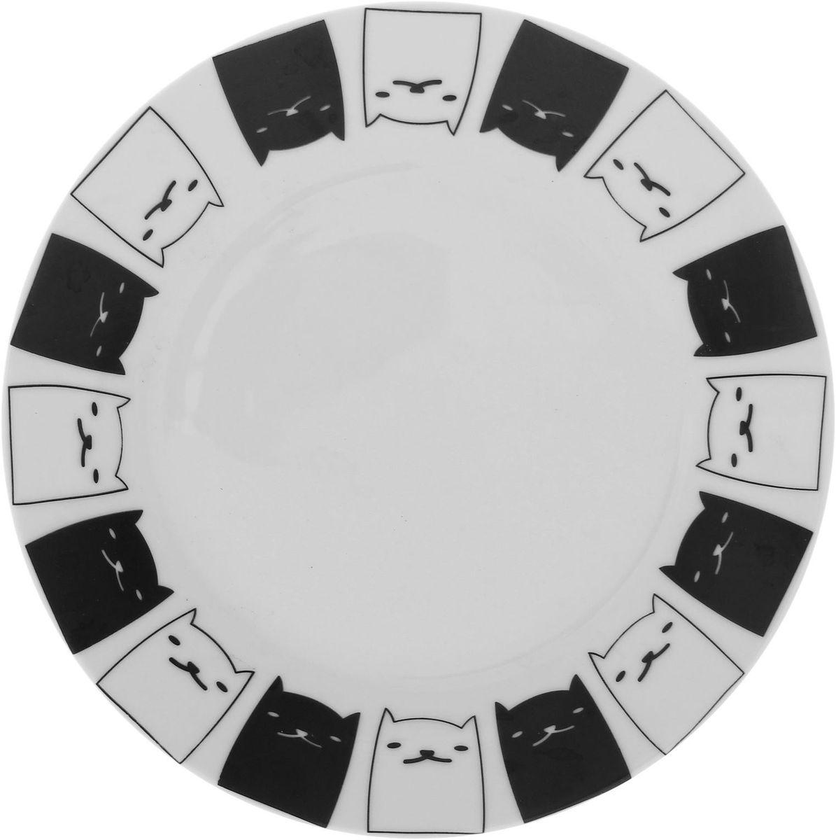 Тарелка мелкая Сотвори чудо Котята, диаметр 20 см54 009312Хотите обновить интерьер кухни или гостиной? Устраиваете необычную фотосессию или тематический праздник? А может, просто ищете подарок для близкого человека? Посуда Сотвори Чудо — правильный выбор в любой ситуации. Тарелка Сотвори Чудо, изготовленная из изящного фаянса нежного сливочного цвета, оформлена оригинальным рисунком со стойкой краской. Пригодна для посудомоечной машины.