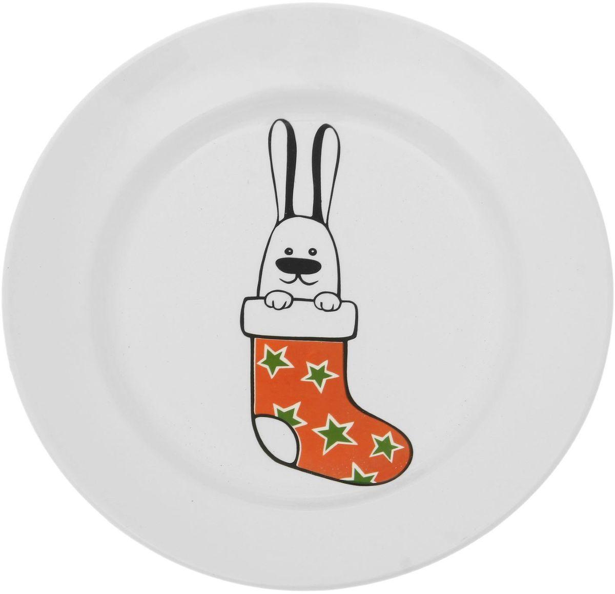 Тарелка мелкая Сотвори чудо Рождественский кролик, диаметр 20 см54 009312Хотите обновить интерьер кухни или гостиной? Устраиваете необычную фотосессию или тематический праздник? А может, просто ищете подарок для близкого человека? Посуда Сотвори Чудо — правильный выбор в любой ситуации. Тарелка Сотвори Чудо, изготовленная из изящного фаянса нежного сливочного цвета, оформлена оригинальным рисунком со стойкой краской. Пригодна для посудомоечной машины.