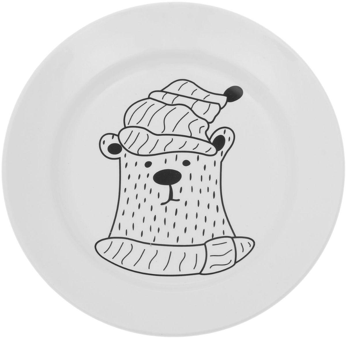 Тарелка мелкая Сотвори чудо Полярный мишка, диаметр 20 см54 009312Хотите обновить интерьер кухни или гостиной? Устраиваете необычную фотосессию или тематический праздник? А может, просто ищете подарок для близкого человека? Посуда Сотвори Чудо — правильный выбор в любой ситуации. Тарелка Сотвори Чудо, изготовленная из изящного фаянса нежного сливочного цвета, оформлена оригинальным рисунком со стойкой краской. Пригодна для посудомоечной машины.