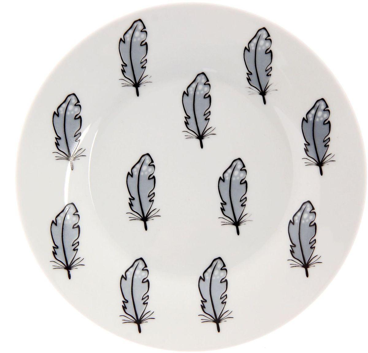 Тарелка мелкая Сотвори чудо Перо, диаметр 15,5 см115510Хотите обновить интерьер кухни или гостиной? Устраиваете необычную фотосессию или тематический праздник? А может, просто ищете подарок для близкого человека? Посуда Сотвори Чудо — правильный выбор в любой ситуации. Тарелка Сотвори Чудо, изготовленная из изящного фаянса нежного сливочного цвета, оформлена оригинальным рисунком со стойкой краской. Пригодна для посудомоечной машины.