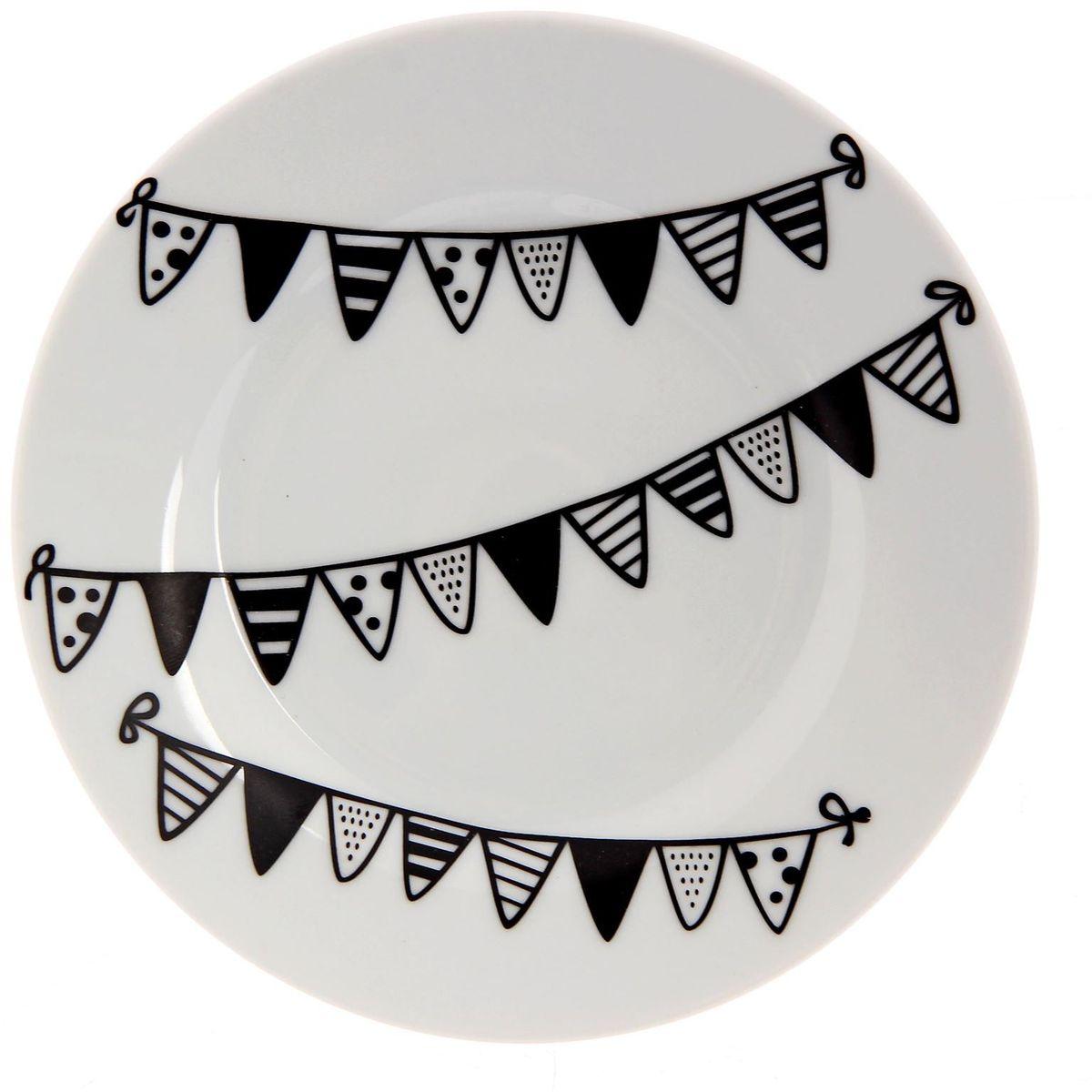 Тарелка мелкая Сотвори чудо Флажки, диаметр 15,5 см115510Хотите обновить интерьер кухни или гостиной? Устраиваете необычную фотосессию или тематический праздник? А может, просто ищете подарок для близкого человека? Посуда Сотвори Чудо — правильный выбор в любой ситуации. Тарелка Сотвори Чудо, изготовленная из изящного фаянса нежного сливочного цвета, оформлена оригинальным рисунком со стойкой краской. Пригодна для посудомоечной машины.