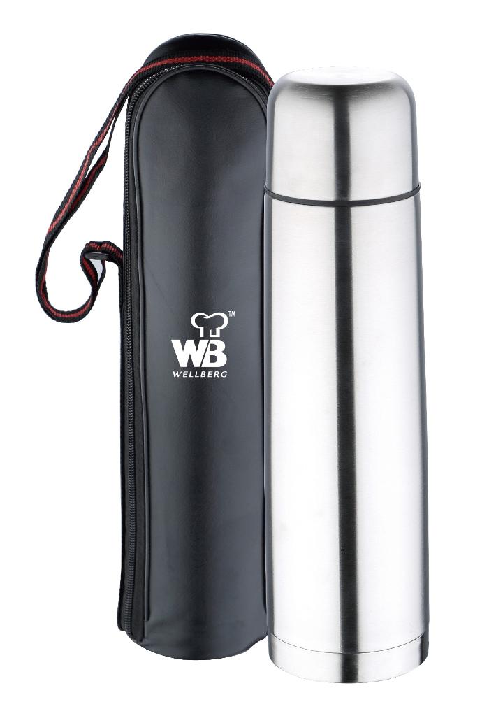 Термос Wellberg, с чехлом, 750 мл. 9413 WB21395599Термос Wellberg WB-9413 удобно брать собой в любое путешествии в холодное время года. Благодаря наличию чехла вы сможете быстро достать и положить обратно термос, не беспокоясь о его сохранности. В защитном чехле черного цвета термос не поцарапается и не повредится при переноске. Термос объемом 750 мл изготовлен из высококачественной нержавеющей стали. Двойные стенки термоса позволяют долго сохранять напитки в горячем виде и не обжечься случайным образом.
