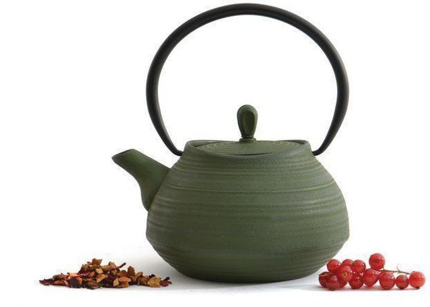Чугунный чайник BergHOFF Studio, цвет: темно-зеленый, 1,1 л391602Чугунный чайник BergHOFF Studio - изготовлен из чугуна, благодаря которому сохраняет чай дольше горячим. Кроме того, благодаря равномерному распределению тепла в чугуне, улучшается натуральный вкус чайных листьев. Мелкосетчатый фильтр позволяет наслаждаться чаем без докучливых чаинок в Вашей чашке. Внутреннее покрытие из прочной эмали обеспечивает защиту от коррозии. Рекомендована ручная мойка. Упакован в подарочную коробку.