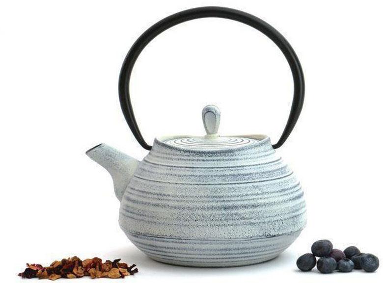 Чугунный чайник BergHOFF Studio, цвет: белый ,1,1 л504232Чугунный чайник BergHOFF Studio - изготовлен из чугуна, благодаря которому сохраняет чай дольше горячим. Кроме того, благодаря равномерному распределению тепла в чугуне, улучшается натуральный вкус чайных листьев. Мелкосетчатый фильтр позволяет наслаждаться чаем без докучливых чаинок в Вашей чашке. Внутреннее покрытие из прочной эмали обеспечивает защиту от коррозии. Рекомендована ручная мойка. Упакован в подарочную коробку.