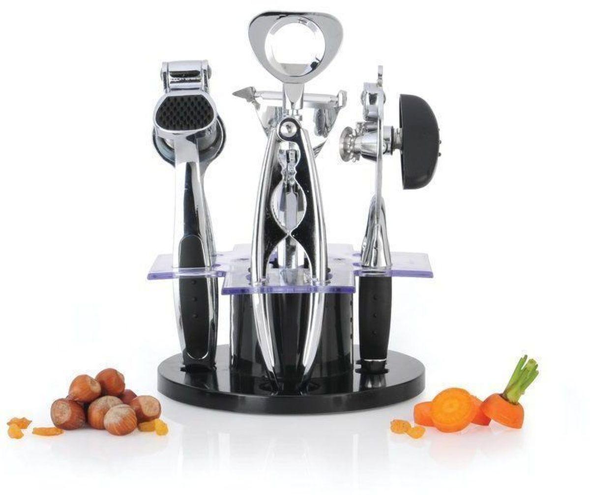 Набор кухонных принадлженостей BergHOFF Orion, 6 предметов54 009312Набор кухонных принадлежностей BergHOFF Orion, выполненный из высококачественной нержавеющей стали, состоит из консервного ключа, орехокола, пресса для чеснока, штопора, ножа для очистки овощей. Все предметы компактно размещаются на вращающейся акриловой подставке. Такие инструменты способны быстро и эффективно облегчить работу в процессе приготовления пищи. Размер подставки: 17 см х 17 см х 7 см, Длина консервного ключа: 19 см, Длина орехокола: 17 см, Длина пресса для чеснока: 19 см, Длина штопора: 19 см, Длина нож для чистки овощей: 17 см.Длина лезвия ножа для чистки овощей: 5 см.Не рекомендуется мыть в посудомоечной машине.