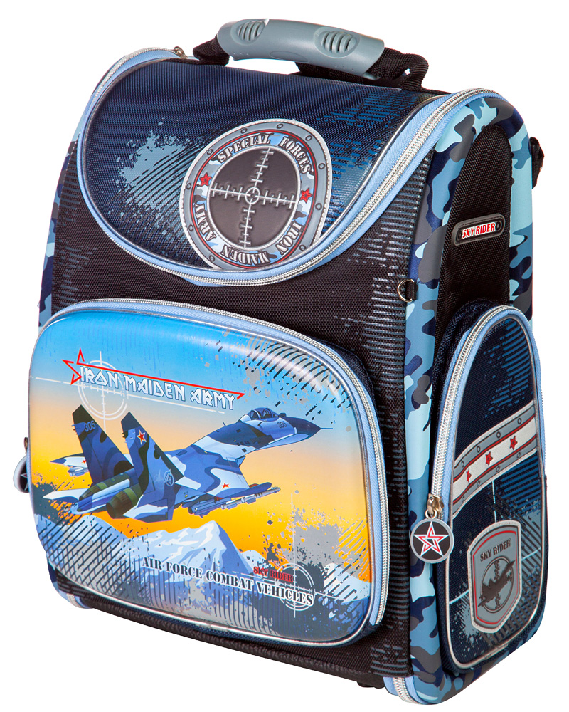 Ранец школьный Hummingbird Iron Maiden Army, цвет: тесно-синий, голубой. K75TRCB-UT4-4022выполнен из современного пористого EVA материала, отличающегося легкостью и долговечностью. Изделие оформлено изображением самолета и дополнено брелоком в форме орденов, хлястики на бегунках молний выполнены в форме колес.Ранец имеет одно основное отделение, закрывающееся на молнию. Ранец полностью раскладывается. Внутри главного отделения расположены: накладной сетчатый карман, два накладных кармана с жесткими стенками и резинкой-фиксатором, два накладных пластиковых кармашка. Пластиковые кармашки предназначены для расписания урокови для вкладыша с адресом и ФИО владельца(вкладыши для заполнения идут в комплекте). На лицевой стороне ранца расположен накладной карман на молнии, который содержит: пять накладных кармашков для письменных принадлежностей и мелочей (один из кармашков сетчатый на молнии), карабин для ключей и карман для телефона на липучке. По бокам ранца размещены два дополнительных накладных кармана на молниях.Рельеф спинки ранца разработан с учетом особенности детского позвоночника.Ранец оснащен эргономичной ручкой для переноски, двумя широкими лямками, регулируемой длины, и петлей для подвешивания. Дно ранца выполнено из натуральной кожи и защищено пластиковыми ножками.В комплекте с изделием поставляется мешок для сменной обуви, выполненный в единой цветовой гамме с ранцем. Мешок оснащен сетчатой вставкой.Многофункциональный школьный ранец Hummingbird Iron Maiden Army станет незаменимым спутником вашего ребенка в походах за знаниями.