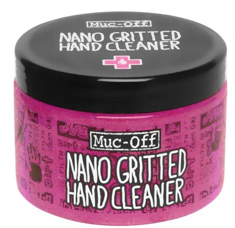 Очиститель для рук Muc-Off Nano-gritted Hand Gel Cleaner, 500 млASS-02 S/MЧистящий гель для рук Muc-Off Nano Grit Hand Cleaner с наночастицами имеет ультрамягкую текстуру и с легкостью справляется с въевшимся маслом, смазкой и грязью. Натуральный гель с наночастицами, который без труда очистит руки даже от самых грязных следов наладки железного коня — обязательная вещь для каждого велосипедиста. Однако это спасительное средство от Muc-Off способно не только избавить от грязи. Оно имеет антибактериальные свойства, поэтому очищает даже лучше, чем кажется на первый взгляд.Гель Nano Grit Hand Cleaner содержит кондиционирующие добавки, которые смягчают и увлажняют кожу рук — его создатели, как всегда, позаботились о безопасности и отказались от использования вредных химических веществ и парабена. Теперь можно смело утверждать, что отмывание грязных рук кипятком и тряпкой после работы в гараже — пережиток прошлого. Все, что нужно для чистоты сегодня — это баночка чистящего геля Muc-Off Nano Grit Hand Cleaner.Преимущества:содержит кондиционирующие добавки, которые ухаживают за кожей рукнаночастицы удаляют масла, смазку и грязьОбъем: 500мл.