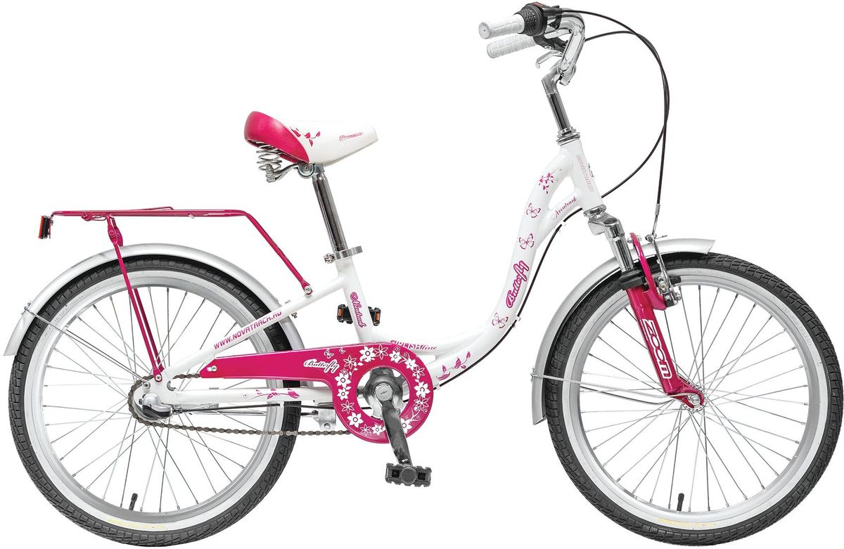 Велосипед детский Novatrack Butterfly, цвет: сиреневый, 2020AH3N.BUTTERFLY.WT5Novatrack Butterfly 20'' – это велосипед для юных принцесс 7-10 лет. Эта модель оснащена всем необходимым, для того, чтобы ребенок мог отправиться в увлекательное путешествие. Во-первых, на руле имеется зеркальце. Во-вторых, там же установлен великолепный гудок в стиле ретро, при помощи которого маленькая велосипедистка сможет вовремя сообщить зазевавшимся карапузам, что она тут катается. В-третьих, впереди прикреплена вместительная корзинка, куда можно сложить все необходимое. Для устойчивости конструкции к заднему колесу добавлены еще 2 маленьких съемных колесика – упасть с такого велосипеда практически невозможно даже на крутом вираже. Сиденье и руль легко регулируются по высоте и надежно фиксируются. Для безопасности также установлена защита цепи, а на колесах имеются крылья и катафоты. Велосипед оснащен 3 скоростной системой, которая позволит комфортно крутить педали. Надежные ручные тормоза, которыми очень просто пользоавться, обеспечат безопасное торможение перед любым препятствием. Novatrack Butterfly 20'' станет идеальным подарком для любой девочки!