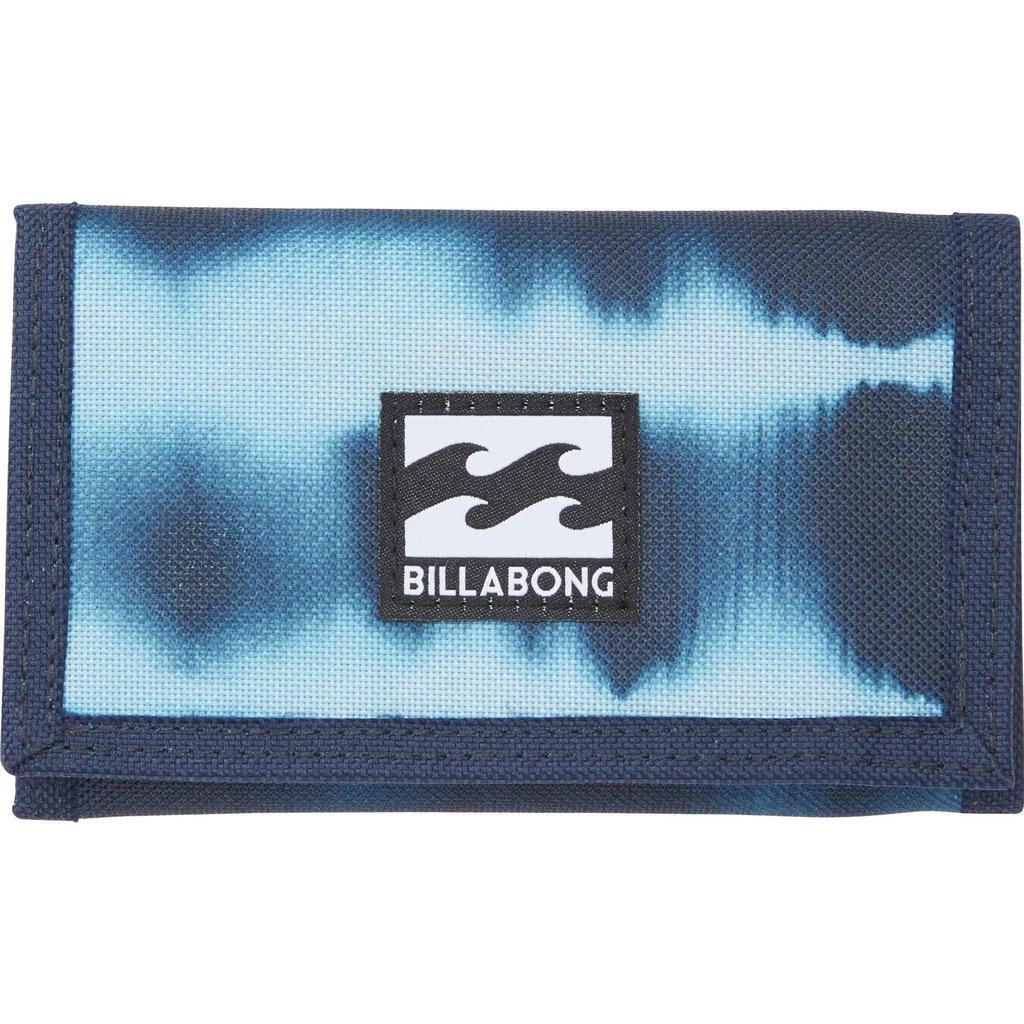 Кошелек Billabong Atom Wallet, цвет: синий, голубой. 3607869369483CRUS114-BКлассический тряпичный кошелек на липучке Billabong Atom Wallet изготовлен из полиэстера.Кошелек имеет трех-секционный дизайн, оснащен отделением для купюр и карманом для мелочи, а также слотами для карт.Длина кошелька: 13 см.Ширина кошелька: 8 см.