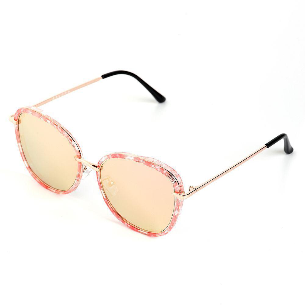 Очки солнцезащитные женские Selena, цвет: золотистый, розовый. 80036141BM8434-58AEСолнцезащитные женские очки Selena выполнены из качественного материала. Линзы очков обеспечивают 100% защиту от ультрафиолетовых лучей.Такие очки защитят глаза от ультрафиолетовых лучей, подчеркнут вашу индивидуальность и сделают ваш образ завершенным.Размер (ширина линзы*ширина моста-длина дужки) 53*22-145.