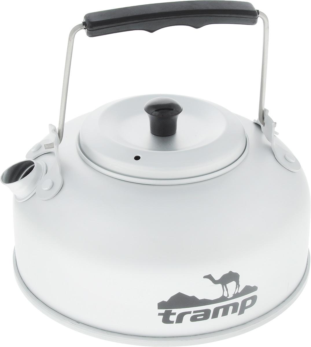 Чайник походный Tramp, с заварником, 0,9 л432964Чайник Tramp имеет специальное сито для заварки, что делает приготовление чая более удобным. Плоская форма дна позволяет быстро нагреть воду, складная ручка и небольшой вес алюминия делает чайник особенно удобным для перевозки. В комплект прилагается чехол для хранения.Объем: 900 л. Высота без учета ручки: 8 см. Диаметр дна: 15 см.