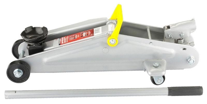 Домкрат гидравлический Matrix, подкатный, 3 т, высота подъема 13–41 смДА-18/2М+АГидравлический подкатный домкрат Matrix с клапаном безопасности предназначен для подъема груза массой до 3 тонн. Домкрат является незаменимым инструментом в автосервисе, часто используется при проведении ремонтно-строительных работ. Минимальная высота подхвата составляет 13 см. Максимальная высота, на которую домкрат может поднять груз, составляет 41 см. Этой высоты достаточно для установки жесткой опоры под поднятый груз и проведения ремонтных работ. Клапан безопасности предотвращает подъем груза, масса которого превышает заявленную производителем массу.