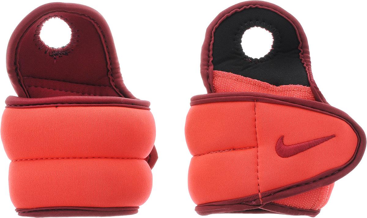 Утяжелители для рук Nike Wrist Weights, цвет: красный, бордовый, 0,45 кг, 2 штSF 0103Утяжелители Nike Wrist Weights легко фиксируются при помощи крепежного ремешка на липучке и отверстия для большого пальца. Они изготовлены из полиэстера и наполнены металлической стружкой. Быстросохнущая подкладка Dri-Fit быстро впитывает влагу, что позволяет оставаться коже всегда сухой и не потеть. Идеальны в использовании при занятиях аэробикой, оздоровительной гимнастикой и фитнесом. Мягкий материал надежно облегает, давая вместе с тем ощущение свободы рукам - у вас отпадает необходимость держать гантели или гири для создания усилий во время тренировок. Утяжелители имеют компактный размер и не займут много места при хранении и переноске. Удобный современный дизайн, приятное цветовое оформление и качество самих утяжелителей будут несомненно радовать вас во время тренировок! Вес каждого утяжелителя: 0,45 кг. Длина утяжелителя: 30 см. Ширина утяжелителя (без учета отверстия для пальца): 7 см.Толщина утяжелителя: 10 мм.
