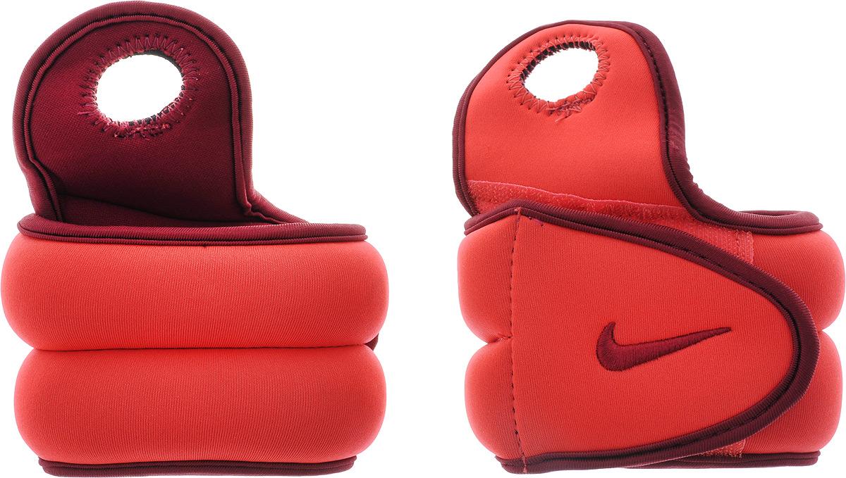 Утяжелители для рук Nike Wrist Weights, цвет: красный, бордовый, 1,1 кг, 2 штSF 0085Утяжелители Nike Wrist Weights легко фиксируются при помощи крепежного ремешка на липучке и отверстия для большого пальца. Они изготовлены из полиэстера и наполнены металлической стружкой. Быстросохнущая подкладка Dri-Fit быстро впитывает влагу, что позволяет оставаться коже всегда сухой и не потеть. Идеальны в использовании при занятиях аэробикой, оздоровительной гимнастикой и фитнесом. Мягкий материал надежно облегает, давая вместе с тем ощущение свободы рукам - у вас отпадает необходимость держать гантели или гири для создания усилий во время тренировок. Утяжелители имеют компактный размер и не займут много места при хранении и переноске. Удобный современный дизайн, приятное цветовое оформление и качество самих утяжелителей будут несомненно радовать вас во время тренировок! Вес каждого утяжелителя: 1,1 кг. Длина утяжелителя: 36 см. Ширина утяжелителя (без учета отверстия для пальца): 7,5 см.Толщина утяжелителя: 2,5 мм.