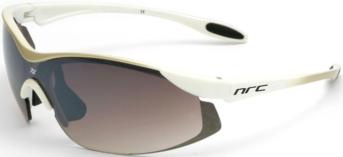 Очки солнцезащитные NRC, цвет: белый. 2102921016Очки солнцезащитные NRC - предназначены, как для езды на велосипеде, так и для многих других видов спорта. Бренд NRC известен собственными фирменными разработками, адаптирующими очки под разные климатические условия, различное время суток, степень освещенности, а также под индивидуальные потребности каждого конкретного пользователя. Особенности:Градиентные коричневые линзыМатериал оправы – Нейлон (TR90)Оправа - небьющаяся, изогнутая, удобная и безопасная Материал линзы - поликарбонат (РС)Особенности линзы - фотохромнаяПокрытие – защитное от царапин, антизапотевающее, зеркальноеПрозрачность -20%Категория фильтра -3Вес -22,2 гКривизна (изгиб) -7