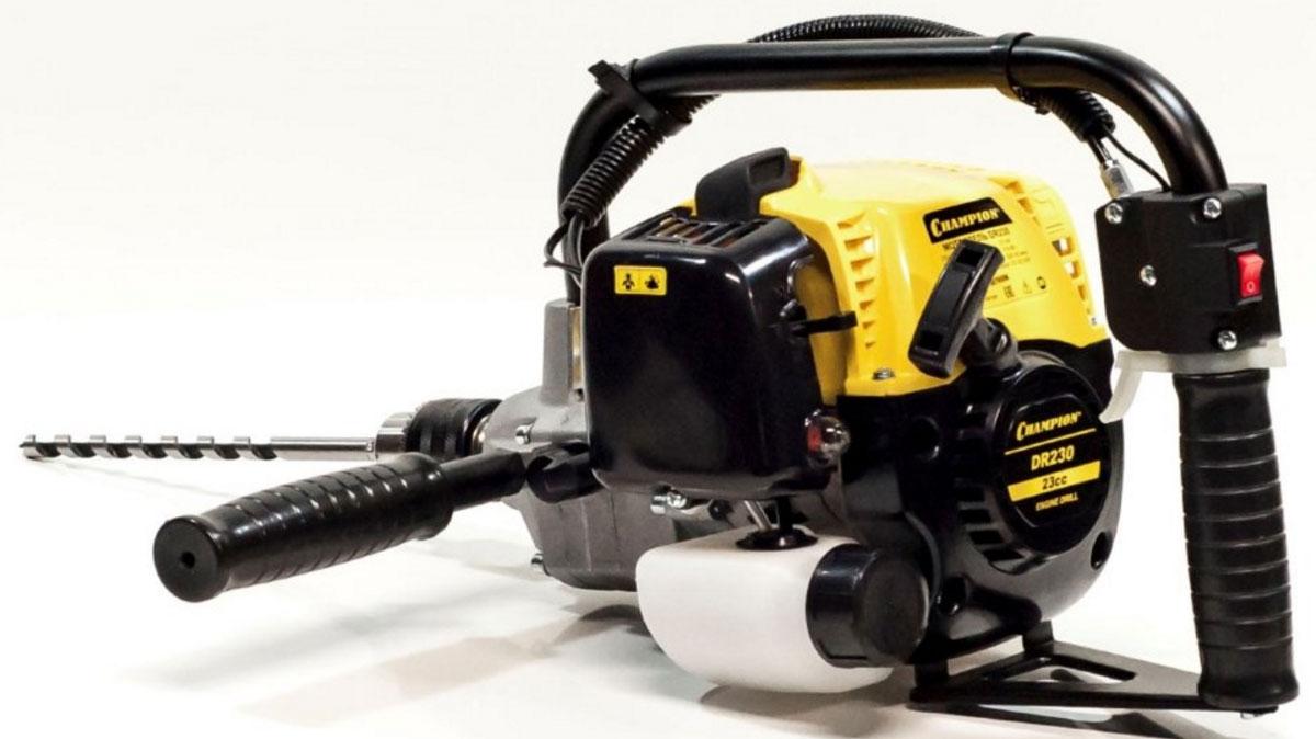 Мотодрель Champion DR230DR230Мотодрель Champion DR230 предназначена для сверления отверстий диаметром до 13 мм. Оборудована бензиновым двигателем мощностью 600 Вт. Система охлаждения продлевает срок службы инструмента. Патрон позволяет менять сверла диаметром 1.5-13 мм.Особенности: Одноцилиндровый 2-х тактный двигатель с воздушным охлаждениемРукоятка с элементами управления - удобное управление мотодрельюНаличие функции реверса - для легкого извлечения сверла из отверстияНаправляющая рукоятка помогает крепко удерживать мотодрель