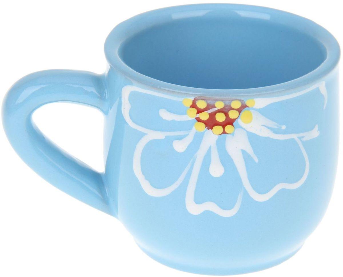 Кружка Псковский гончар, цвет: синий, 350 мл54 009312Мы твёрдо уверены, у каждого человека должна быть своя личная кружка. Любой напиток из неё будет вкусней, потому что кружка сделана с любовью! Глиняные стенки помогут надолго сохранить напиток горячим. Удобная утолщённая ручка аккуратно ложится в ладонь и благодаря своей форме позволит долго держать даже переполненную чашку. За счёт тщательного обжига повышается надёжность изделия, а это значит, что оно будет радовать вас долгое время!Глазировка приятна на ощупь: представьте, как уютно будет обнимать её долгими зимними вечерами! Милый рисунок в виде изящного цветка добавляет изюминку внешнему виду. Кружку можно греть в СВЧ.